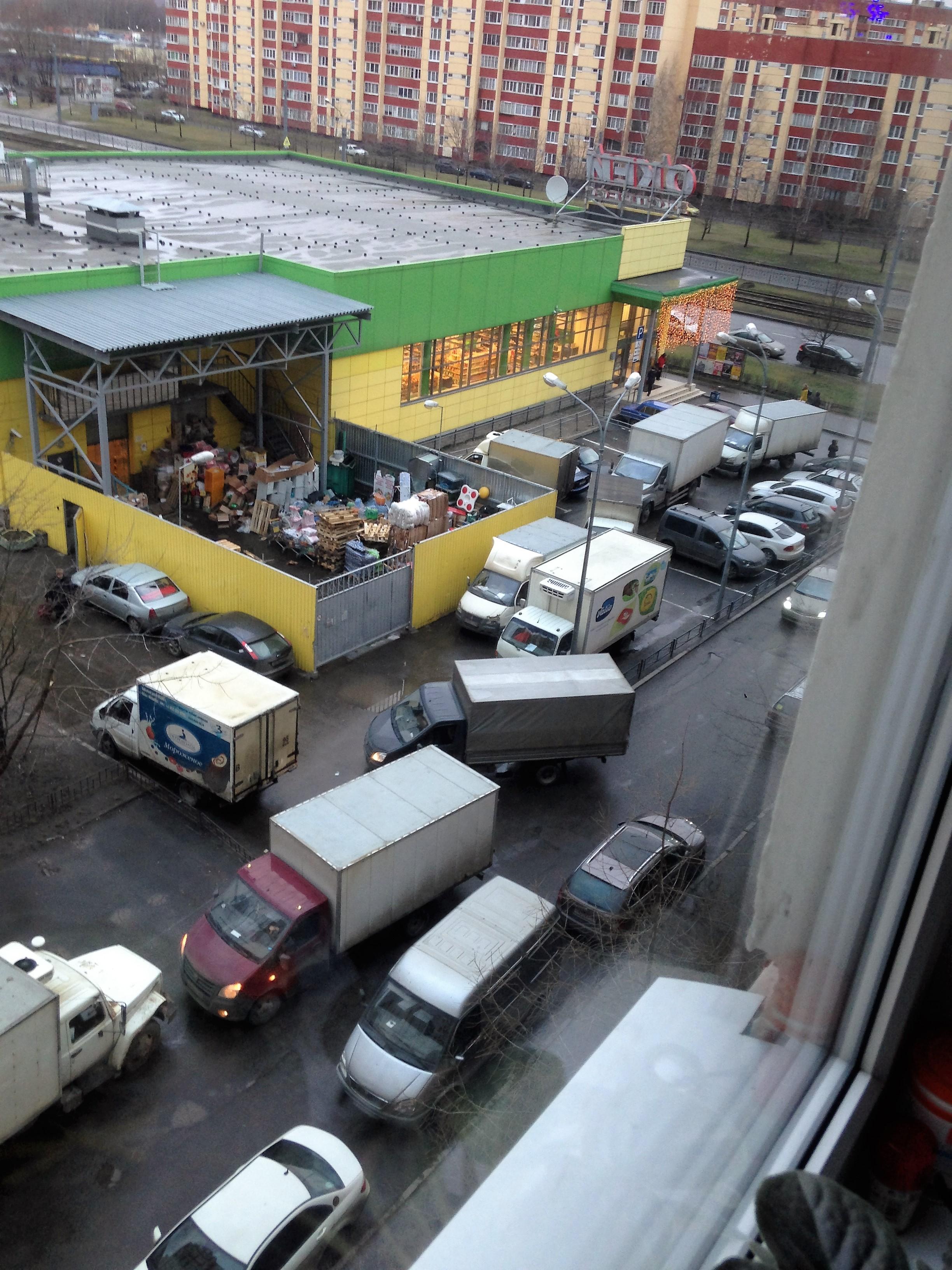 Жалоба на организацию парковки грузовых машин и зону приемки товара